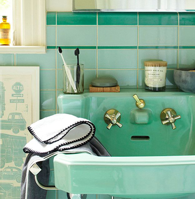 My favorite mint green bathrooms a vintage splendor for Mint green bathroom ideas